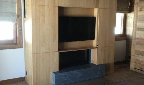 Menuisier pour habillage de cheminée et TV dissimulée sur-mesure à Megève