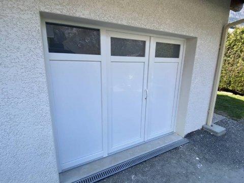Menuisier pour remplacement d'une porte de garage en PVC à Megève