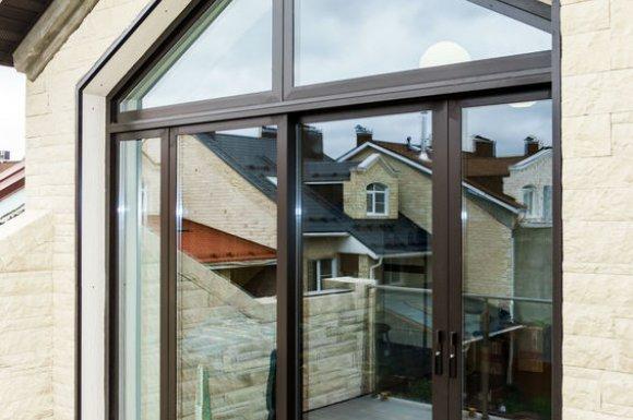 Pose et installation de menuiseries extérieures avec fenêtres en pvc par menuisier à Magland
