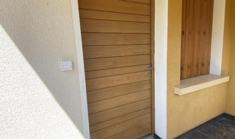 Menuisier pour rénovation porte d'entrée en chêne vernis à Megève
