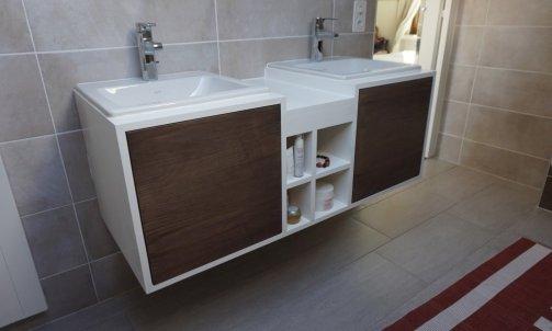 Meuble de salle de bain en frene laqué blanc et facade frene teinté