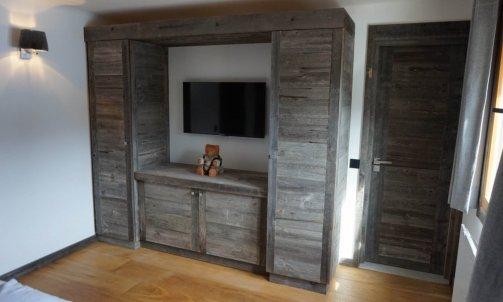 Mobilier en vieux bois brut gris a Megeve