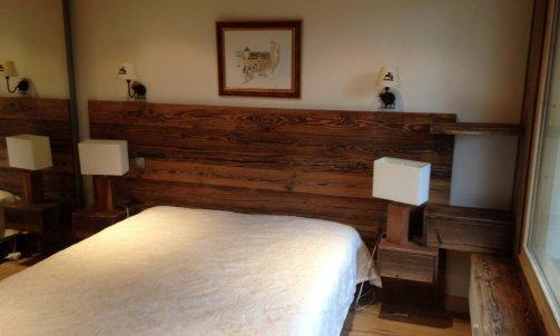 Tete de lit en vieux bois brut a Megeve