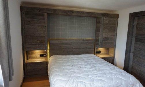 Tete de lit en vieux bois brut gris a Megeve